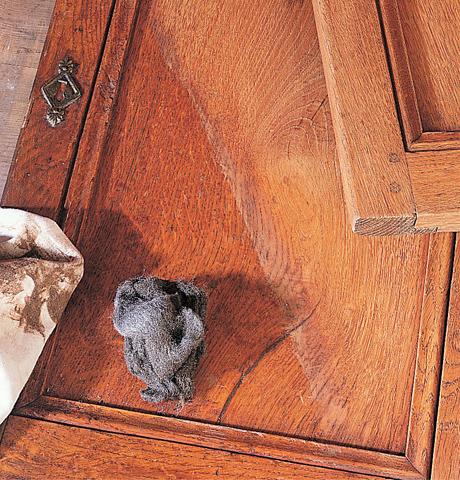 Decerare un mobile in legno